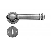 Kovaná kľučka ke dverim model 2951